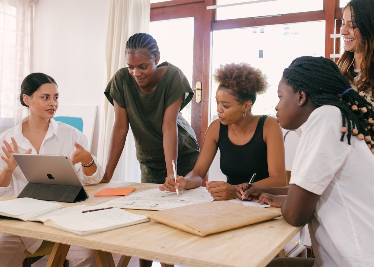 equipa de mulheres a trabalhar no blog empresarial
