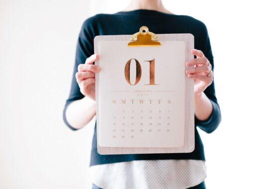 mulher a segurar calendario de conteudos
