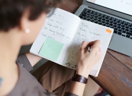 escrever à mão apontar tarefas para o trabalho