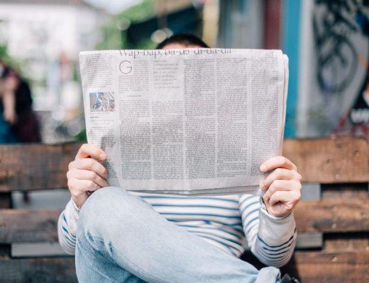 escrever no medium pessoa a ler o jornal