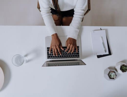 mulher negra a escrever todos os dias no computador