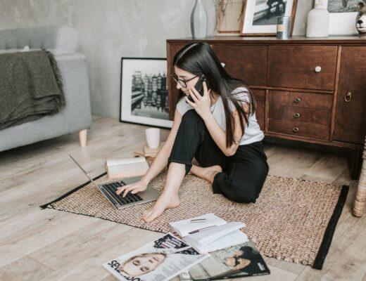 mulher com espirito empreendedor a trabalhar no pc no chão da casa