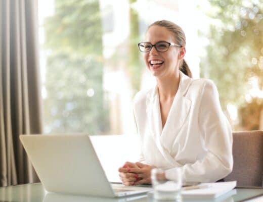 mulher project manager sorridente a ser intrapreneur na sua empresa