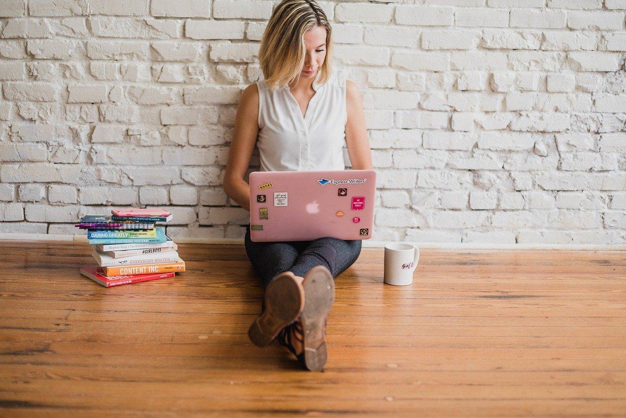 marketer a trabalhar no computador a fazer uma newsletter
