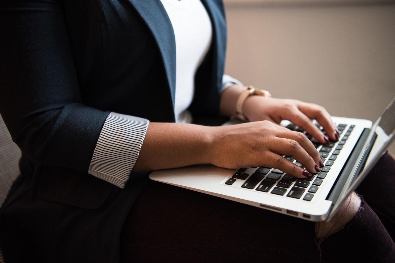 mulher a escrever online a trabalhar no blog