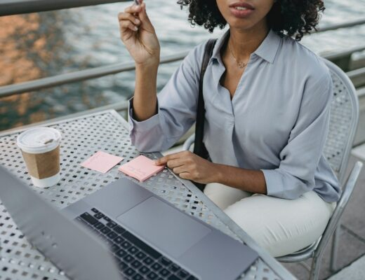 mulher negra a escrever