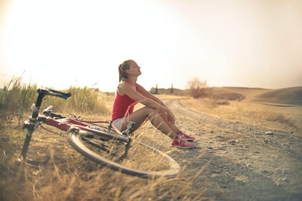 mulher num passeio de bicicleta sorridente a aprender a lidar com o não