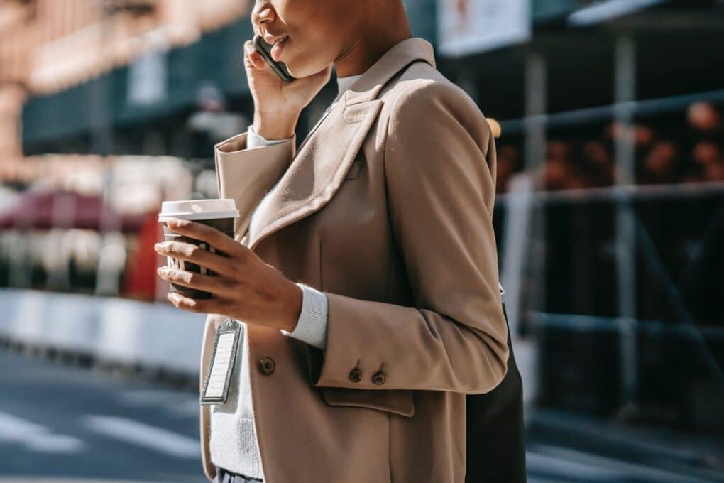 mulher com espírito empreendedor a falar ao telefone