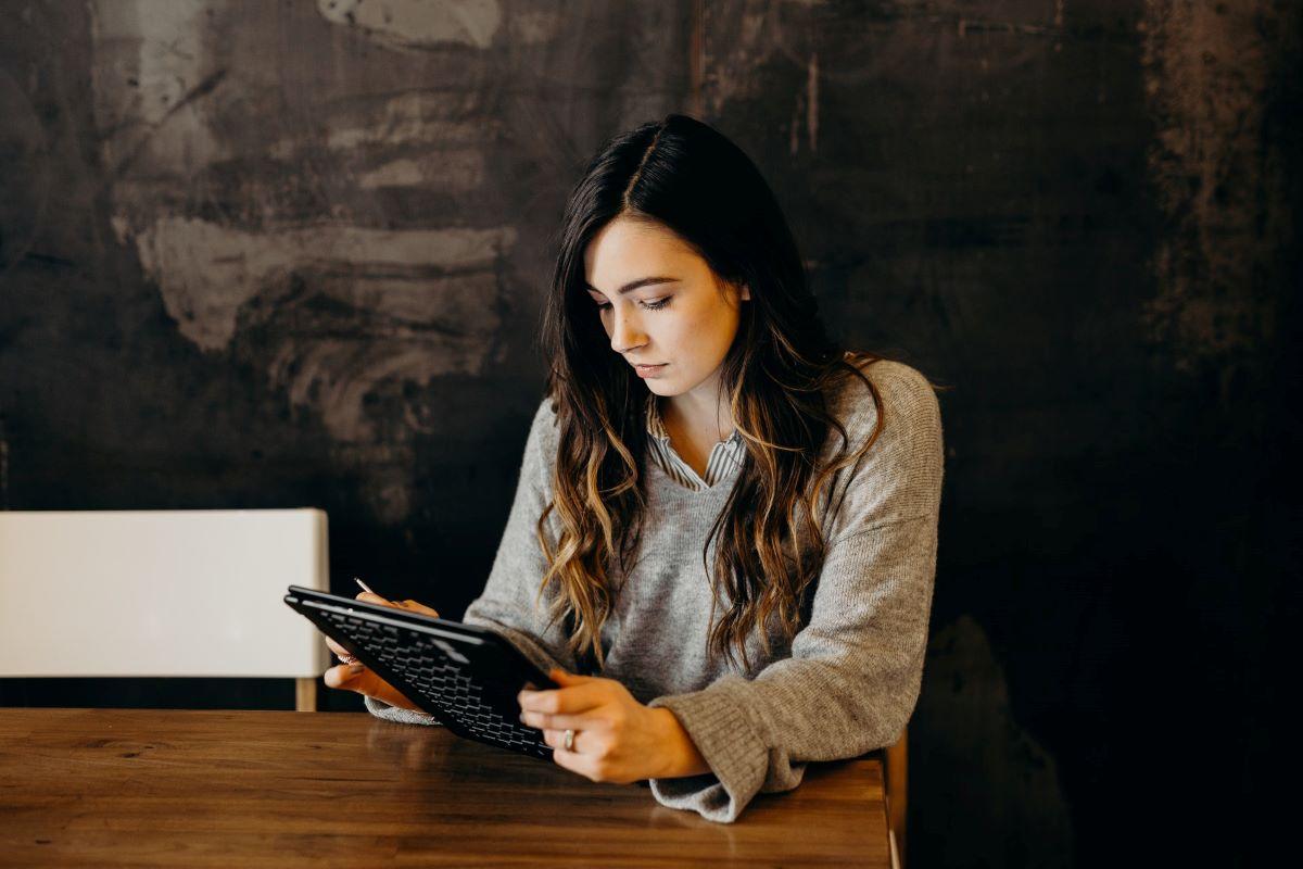 rapariga a criar um negócio a olhar para o tablet