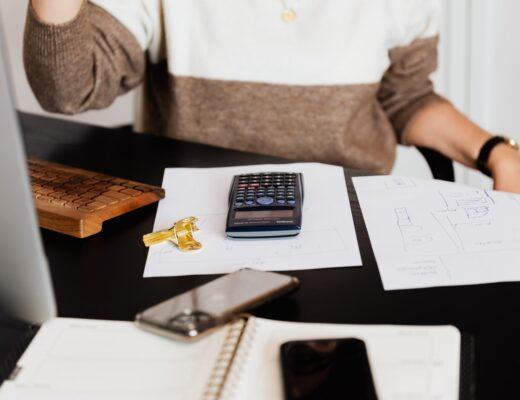 mulher a trabalhar em casa usando a técnica pomodoro