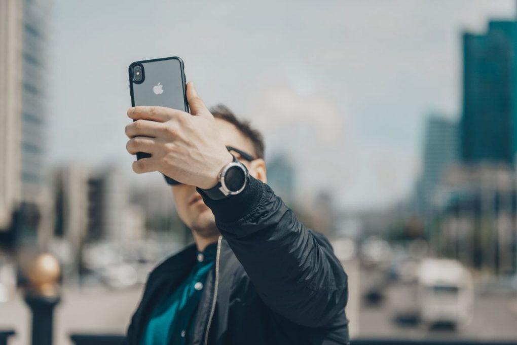 jovem homem a tirar selfie para usar imagens no blog