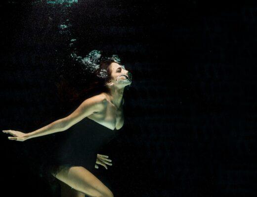mulher a não conseguir respirar dentro de água
