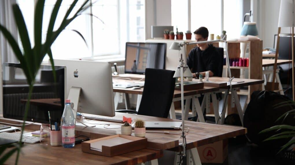 pessoa a trabalhar no escritorio a escrever no blog da empresa