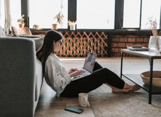 rapariga a escolher o dominio para a web