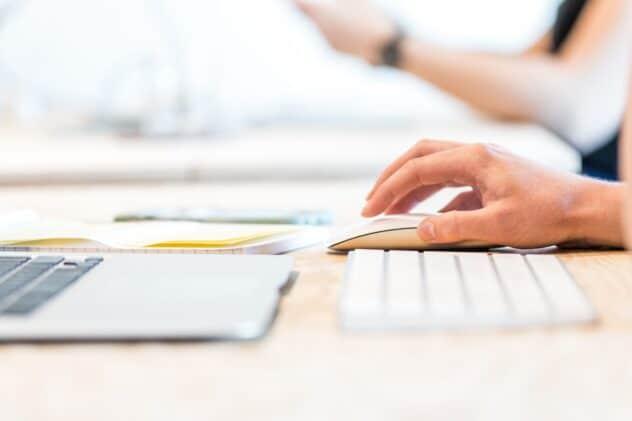 pessoa a escrever blog para empresa