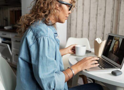 mulher a escrever artigos para evitar erros