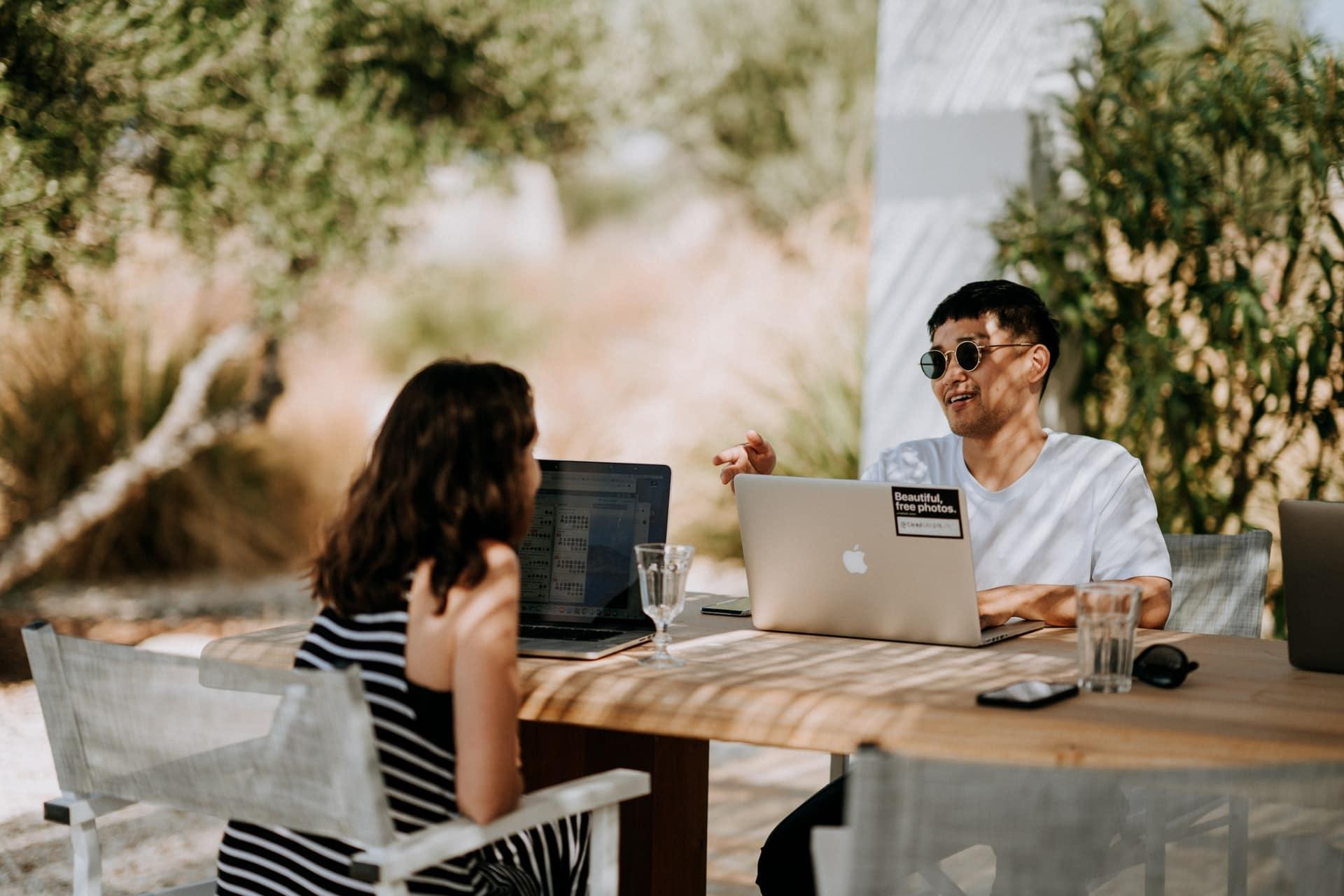 duas pessoas a trabalhar com flexibilidade de horarios