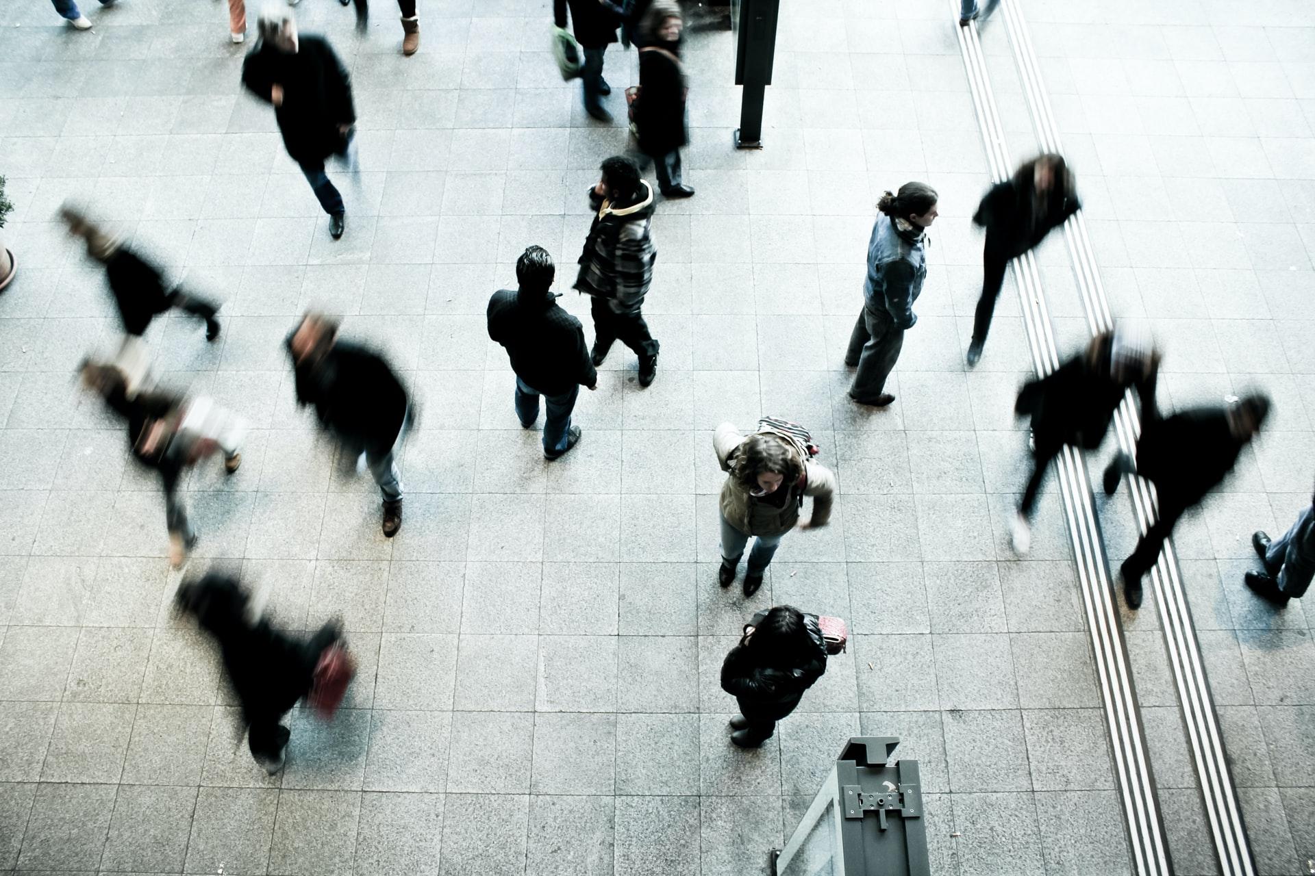 publico-alvo a andar num edificio